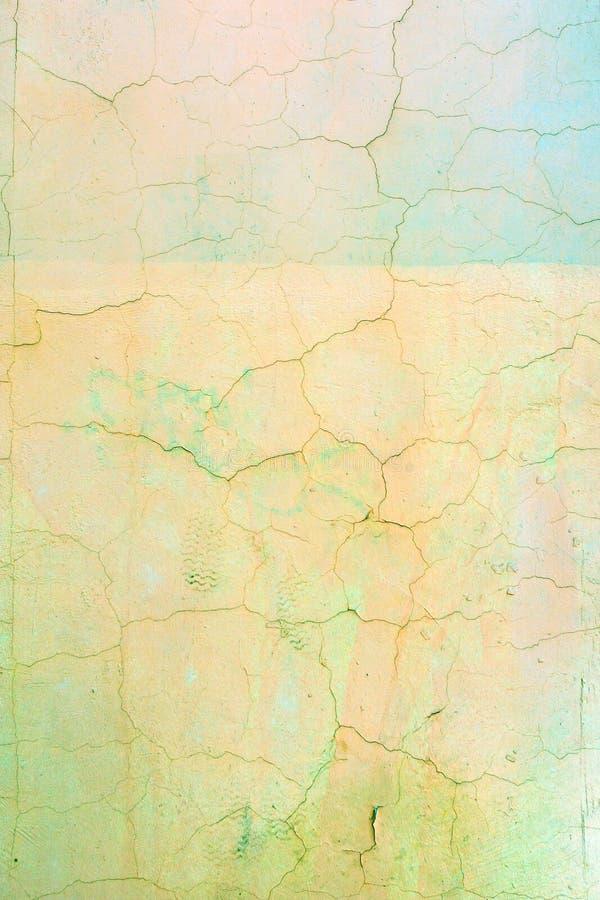 Wand mit gebrochener hellgelber und grüner Farbe Heller Hintergrund mit Vignette Beschaffenheit der alten Abdeckung mit Sprüngen lizenzfreies stockfoto