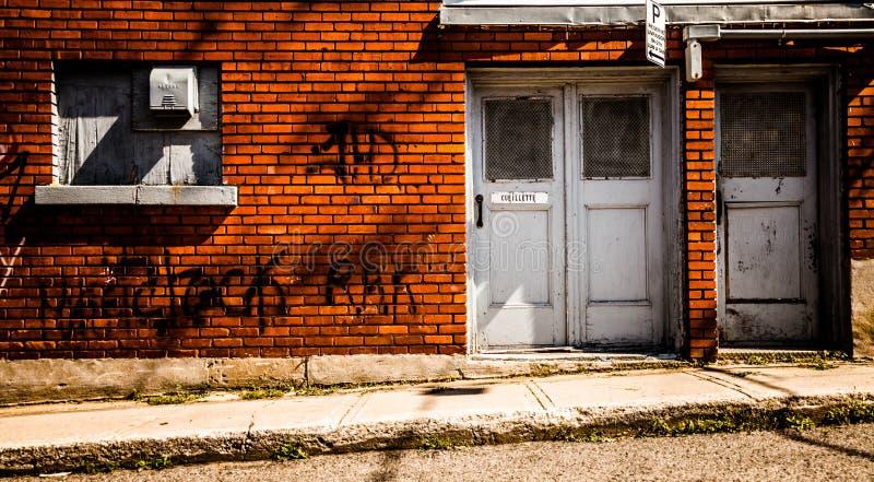 Wand mit Graffiti im schlechten Trois-Rivierebereich stockbild