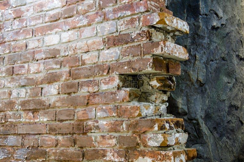 Wand und Felsen des roten Backsteins lizenzfreie stockfotografie