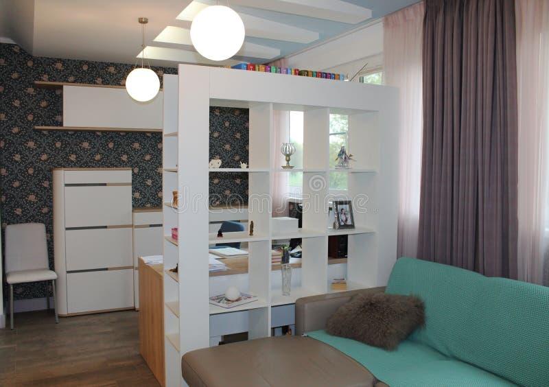 Wand und Kasten im Weiß und Tapete mit Blumendruck stockfotografie