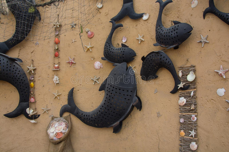 Wand verziert mit Fischen im arabischen Restaurant stockbilder