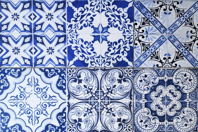Wand von den bunten Keramikfliesen für Hintergrund stockfotos
