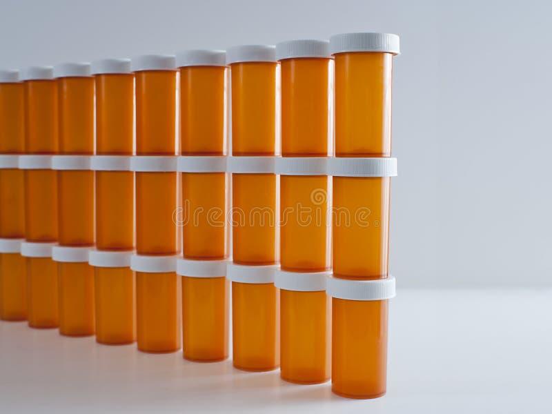 Wand von Medizin-Flaschen stockbilder