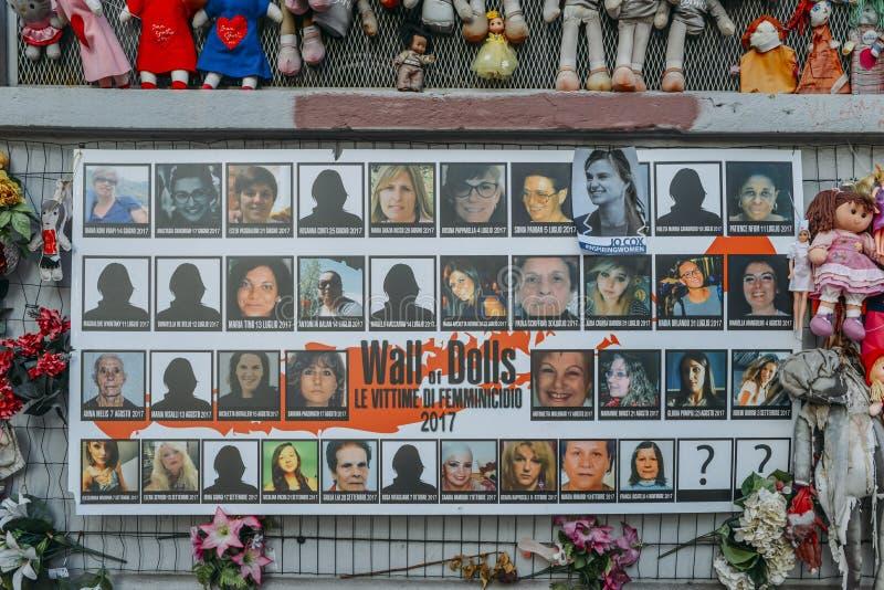 Wand von Puppen protestieren in Navigli-Bezirk, der gegen weibliche körperliche und sexuelle Gewalttätigkeit, weltweit protestier lizenzfreies stockbild
