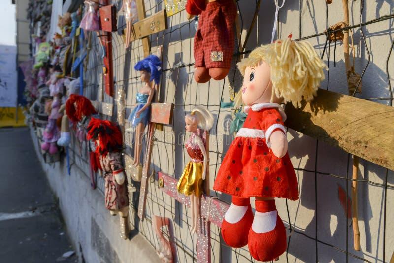 Wand von Puppen protestieren in Navigli-Bezirk, der gegen weibliche körperliche und sexuelle Gewalttätigkeit, weltweit protestier lizenzfreie stockbilder