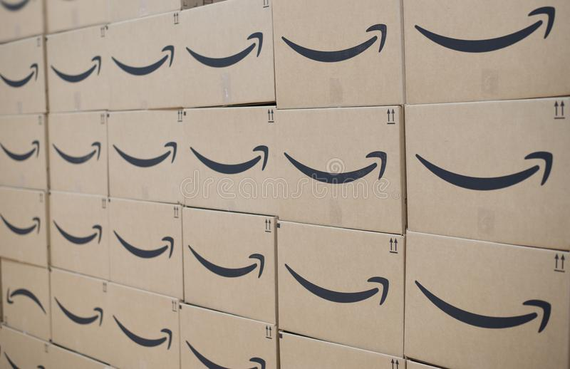 Wand von Versandkästen Amazonas-höchster Vollkommenheit lizenzfreie stockfotos