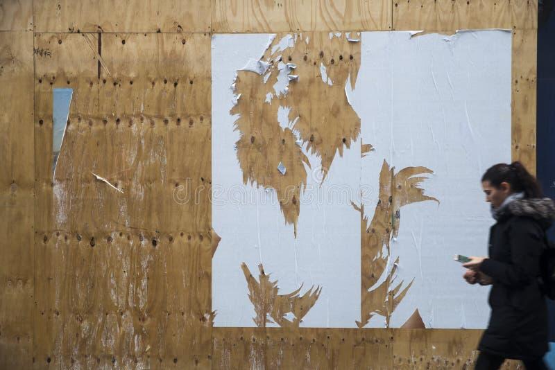 Wandbeschaffenheit mit heftigen Plakaten stockbild