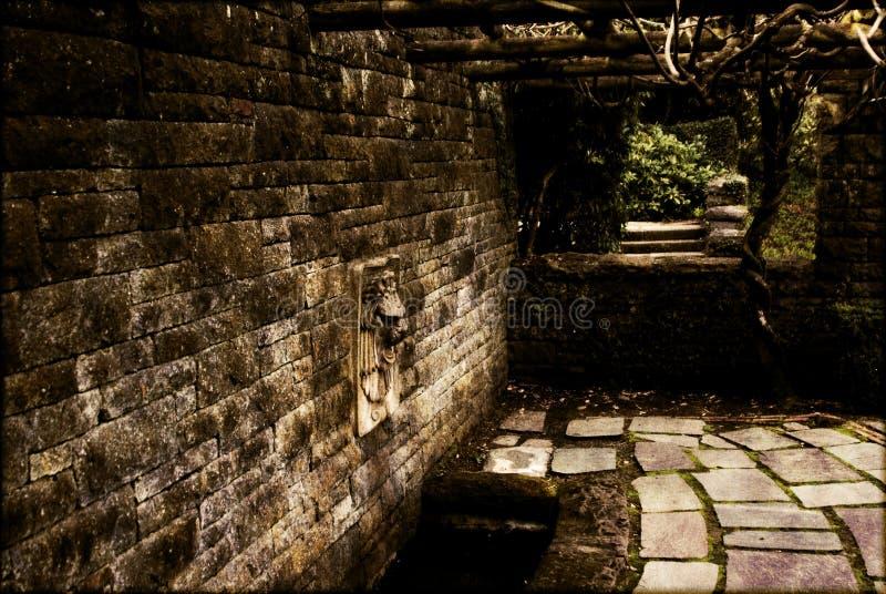 Wandbrunnen in einem garten stockbild bild von vegetation steinplatte 2391319 - Garten wandbrunnen ...