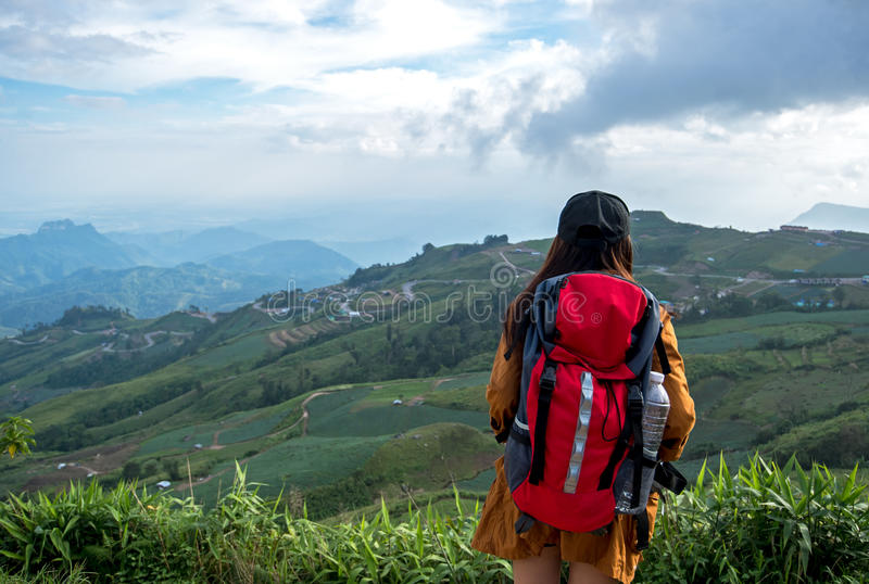 Wandelaar Aziatische vrouw die het zegevierende onder ogen zien op de berg voelen, Thailand royalty-vrije stock afbeelding