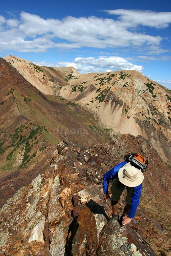 Wandelaar in bergen royalty-vrije stock afbeeldingen