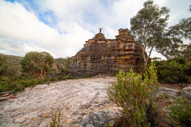 Wandelaar bovenop een rotsachtig pagodekasteel royalty-vrije stock afbeeldingen
