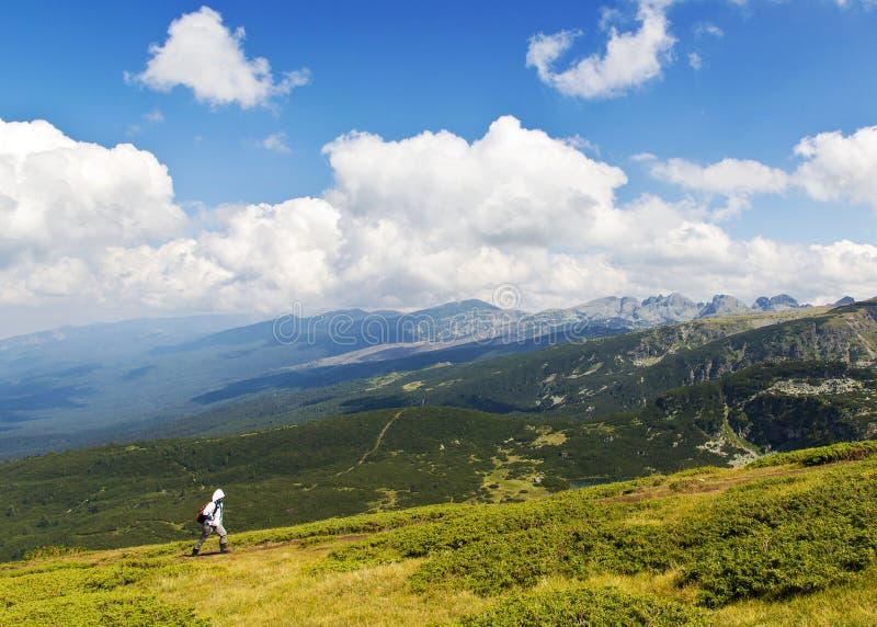 Wandelaar in de berg royalty-vrije stock afbeelding