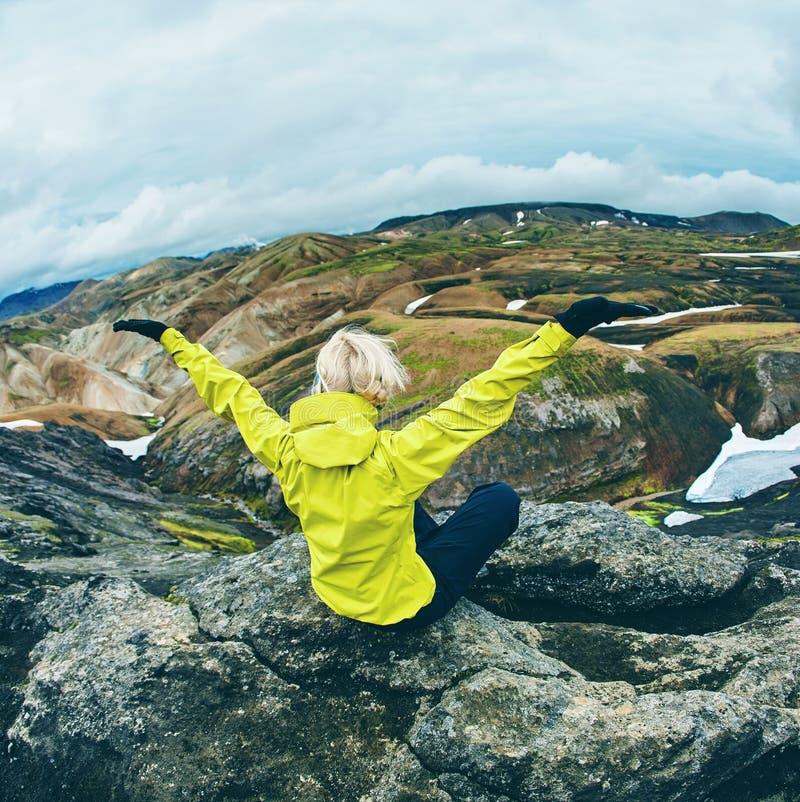 Wandelaar in de bergen, IJsland royalty-vrije stock afbeeldingen