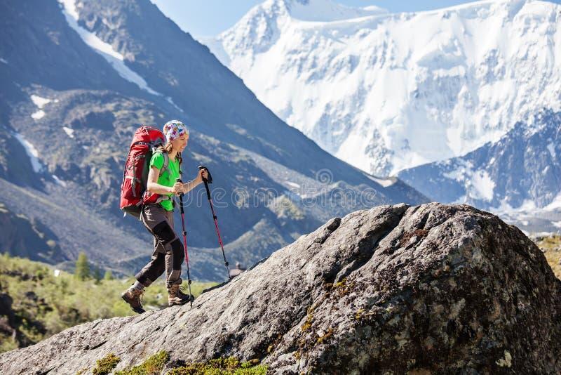 Wandelaar dichtbij Belukha-Berg, hoogst in Siberië royalty-vrije stock afbeeldingen