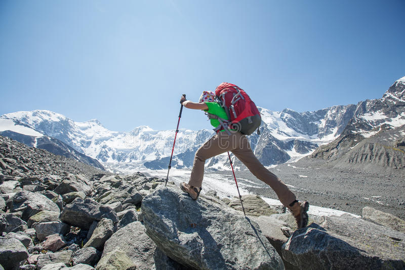Wandelaar dichtbij Belukha-Berg, hoogst in Siberië stock foto's