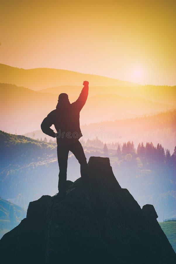 Wandelaar die de bovenkant van berg veroverde Instagramstylization stock foto