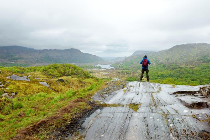 Wandelaar die de schoonheid van het Nationale Park van Killarney bewonderen bij het Weergevengezichtspunt van de Dame Één van het royalty-vrije stock afbeelding