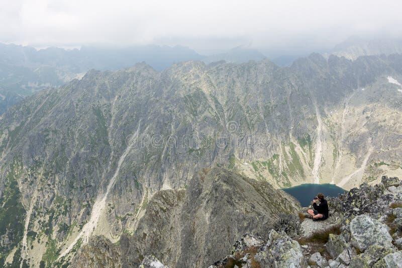 Wandelaar die landschap vanaf bergbovenkant fotograferen royalty-vrije stock foto