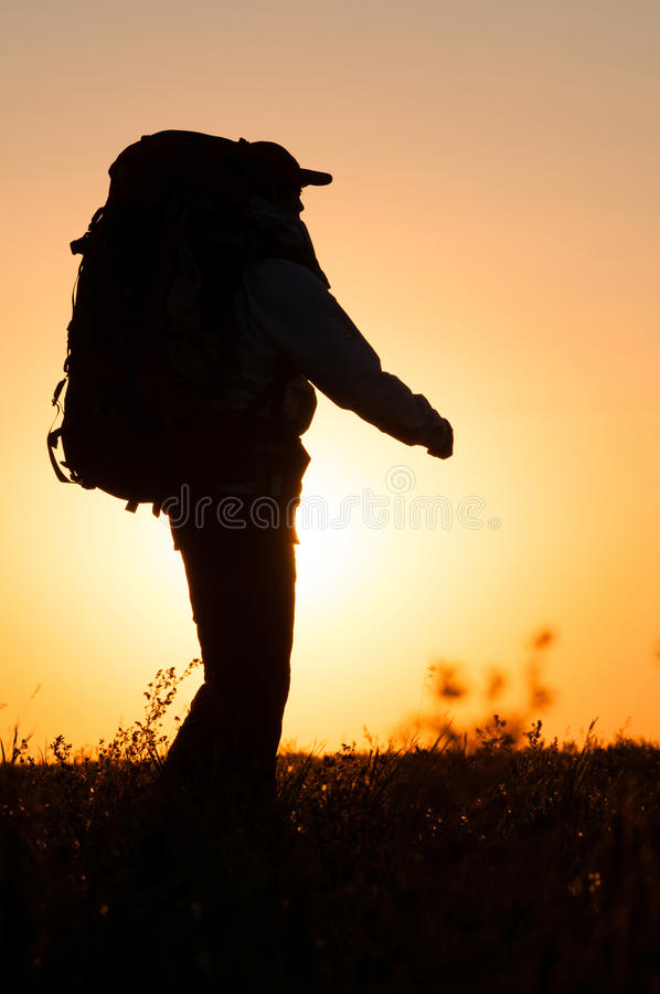 Wandelaar die met rugzak op het gebied lopen stock afbeeldingen