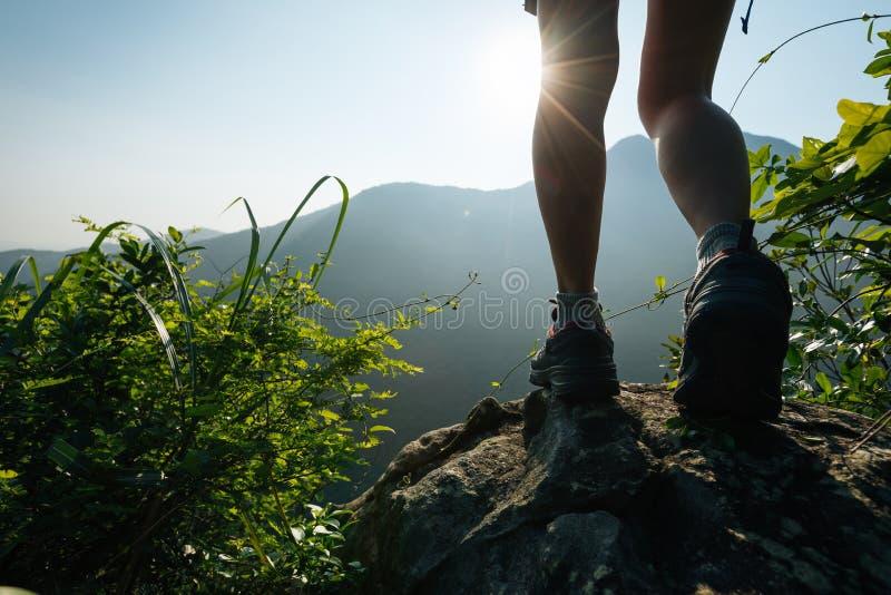 Wandelaar die op de berg van de de zomerzonsopgang wandelen royalty-vrije stock foto