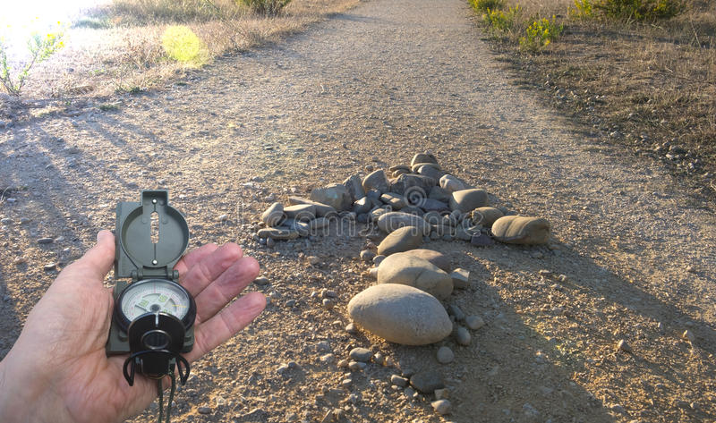 Wandelaar die richting zoeken stock foto