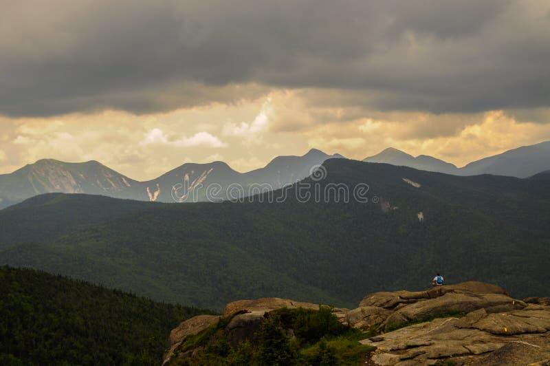 Wandelaar die van het Weergeven vanaf de Bovenkant van Cascadeberg genieten in Adirondack Moutains van de Staat van New York royalty-vrije stock foto