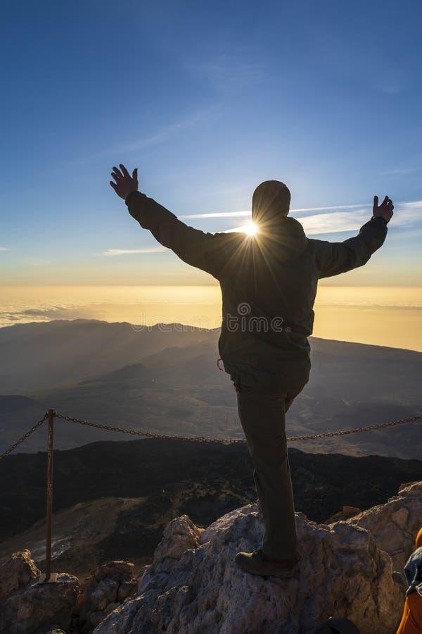 Wandelaar die van zonsopgang vanaf bovenkant van de vulkaan van Gr genieten Teide royalty-vrije stock afbeelding