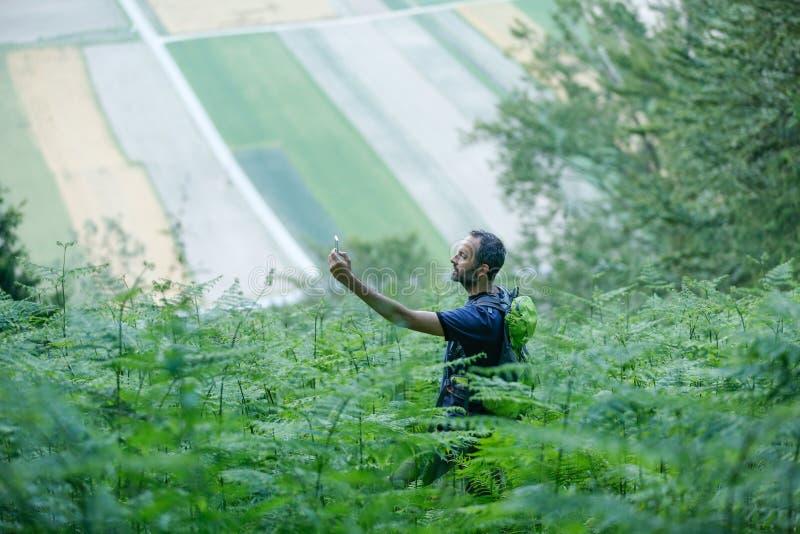 Wandelaar die zijn GPS-signaal op een smartphone zoeken royalty-vrije stock fotografie