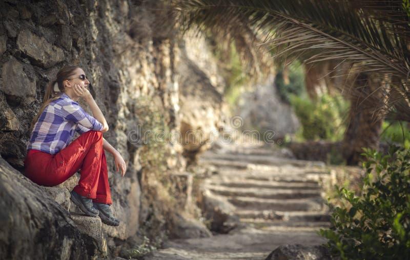 Wandelaar in een oude omani tuin stock afbeelding
