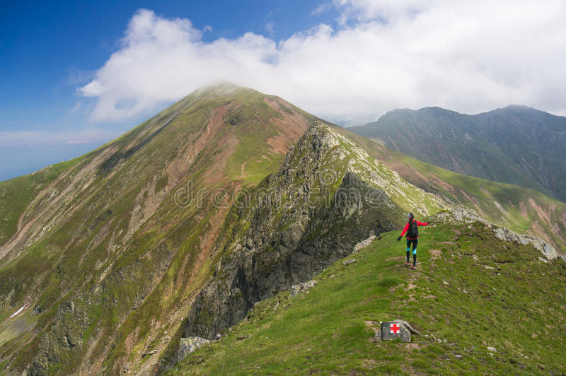 Wandelaar gelukkig in de bergen stock afbeeldingen