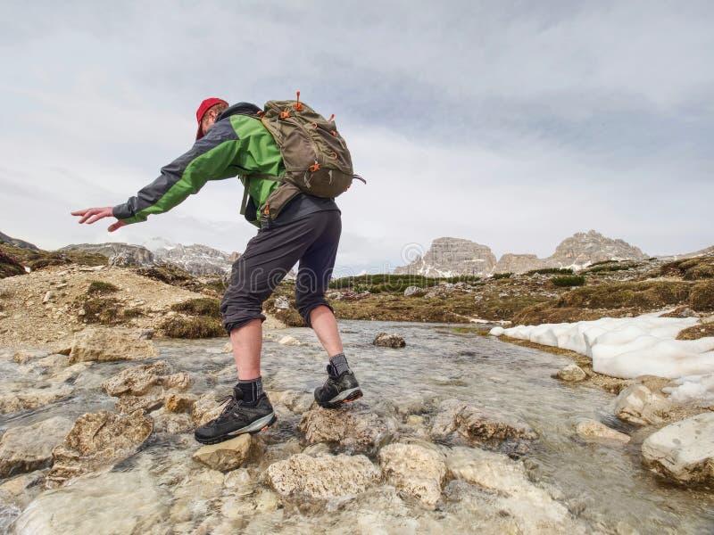 Wandelaar met rugzak die in de lente Dolomiti reizen royalty-vrije stock afbeelding