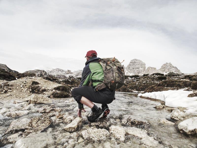 Wandelaar met rugzak die in de lente Dolomiti reizen royalty-vrije stock afbeeldingen