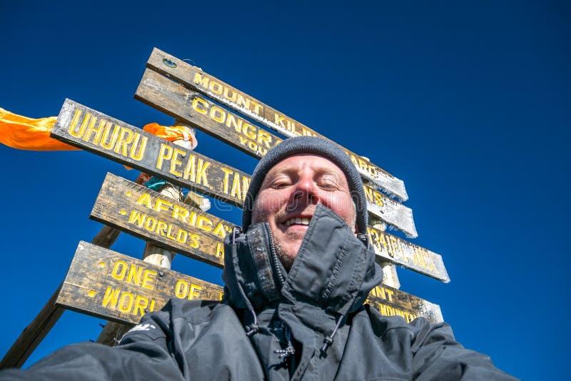 Wandelaar op de bovenkant van Afrika - Uhuru-de Piek, zet Kilimanjaro, Tanz op royalty-vrije stock afbeelding
