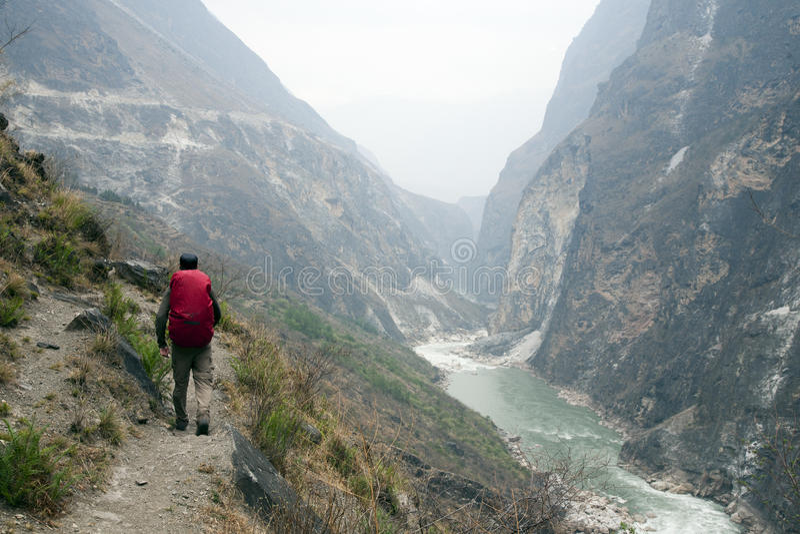 Wandelaar op Steile Bergweg stock foto