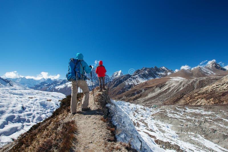 Wandelaar op trek in Himalayagebergte, Khumbu-vallei stock afbeelding