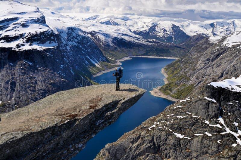 Wandelaar op Trolltunga, Noorwegen royalty-vrije stock foto