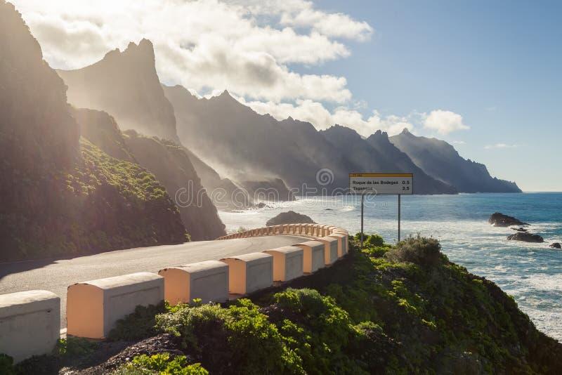 Wandelaar op vulkaan royalty-vrije stock afbeelding