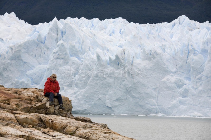 Wandelaar - Perito Moreno Glacier - Patagonië - Argentinië stock afbeeldingen