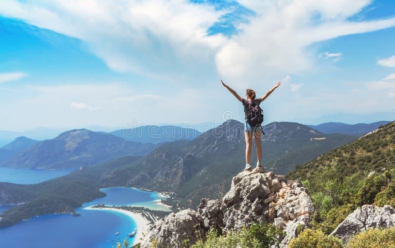 Wandelaarmeisje op de bergbovenkant, Ñ  oncept van vrijheid, overwinning, actieve levensstijl, Oludeniz, Turkije royalty-vrije stock afbeelding
