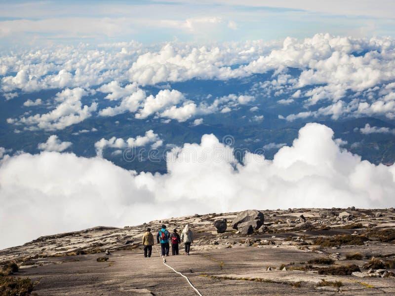 Wandelaars die bij de bovenkant van Onderstel Kinabalu, Sabah, Maleisië lopen royalty-vrije stock fotografie