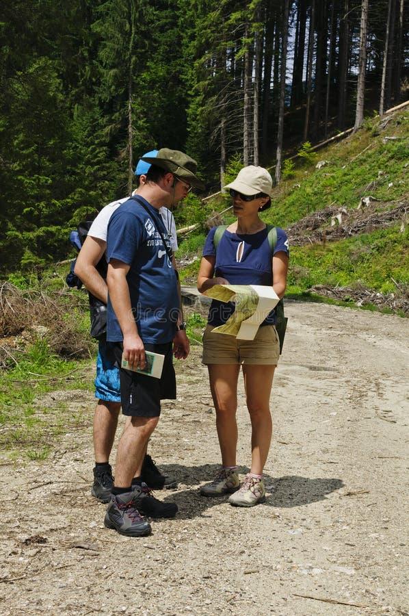 Wandelaars die kaart bekijken stock foto