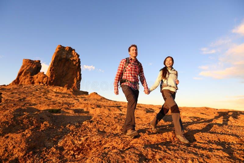 Wandelaars die in mooi landschap wandelen royalty-vrije stock afbeeldingen