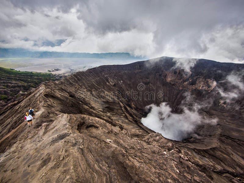 Wandelaars die rond de Rand van de Vulkaan van Gunung Bromo, Java, Indonesië lopen royalty-vrije stock fotografie