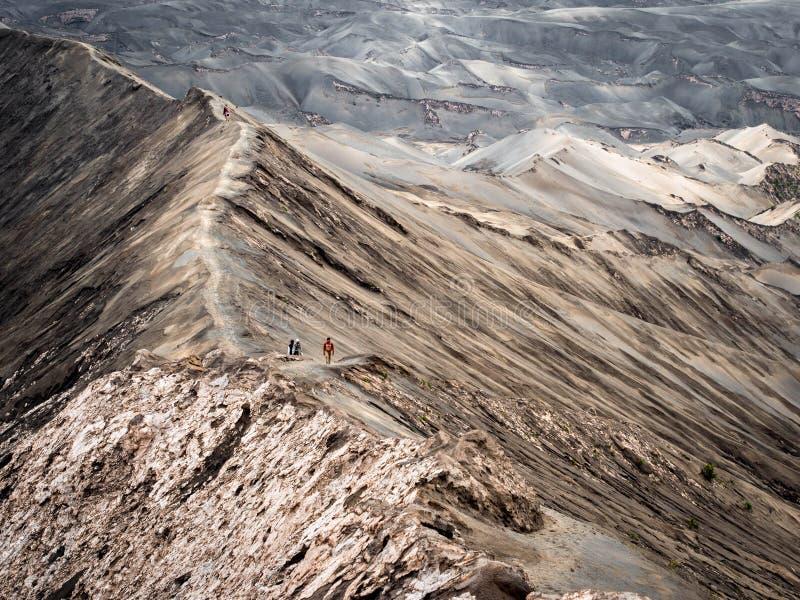 Wandelaars die rond Rand van de Vulkaan van Gunung lopen Bromo, royalty-vrije stock afbeelding