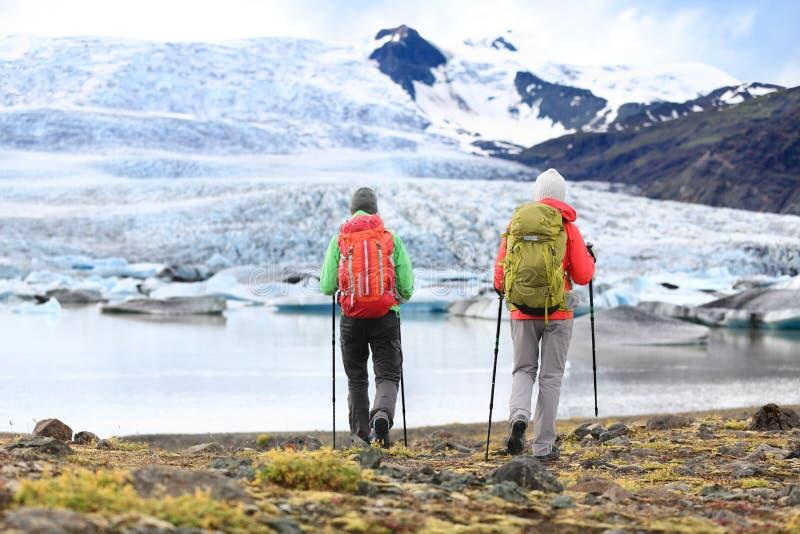 Wandelaars - mensen op avonturenreis op IJsland stock afbeelding