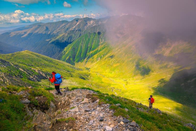 Wandelaars met kleurrijke rugzakken in Fagaras-bergen, de Karpaten, Transsylvanië, Roemenië stock foto's