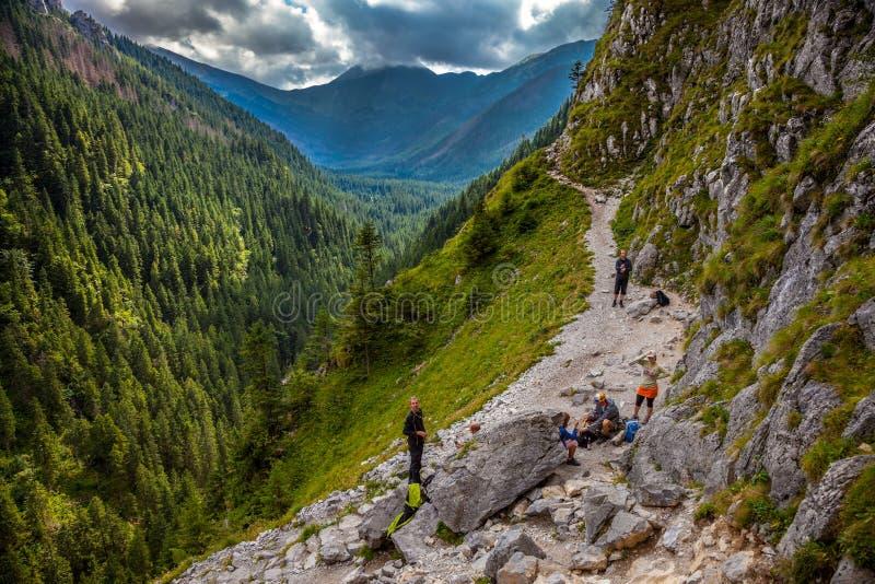 Wandelaars worden tegengehouden die om te rusten stock fotografie