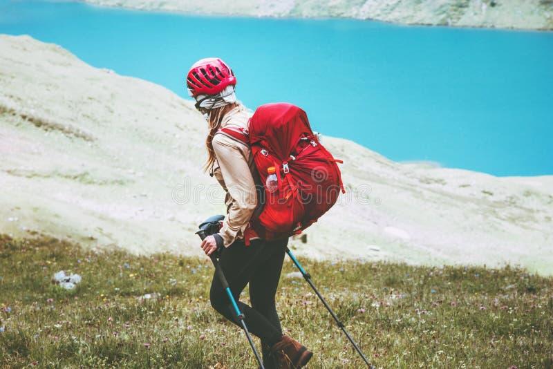Wandelaarvrouw die bij blauwe meerbergen reizen stock afbeeldingen