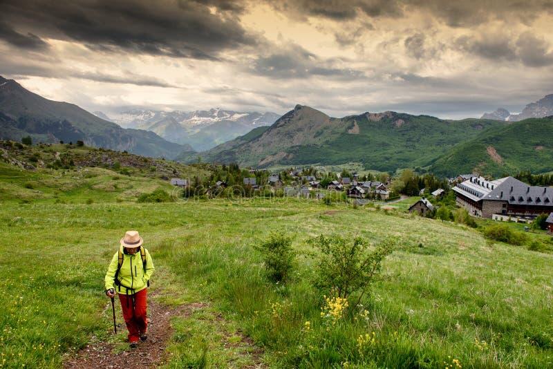 Wandelaarvrouw met mening van Tena Valley in de Pyreneeën, Formigal, Huesca, Spanje royalty-vrije stock foto