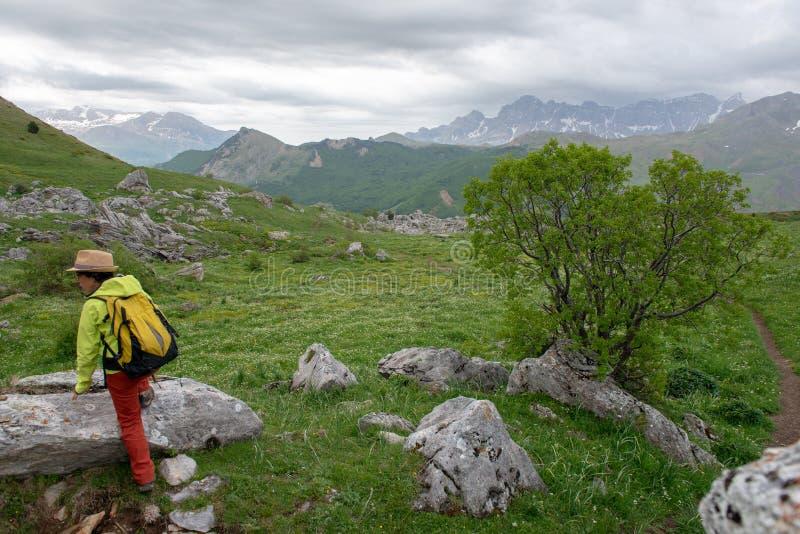 Wandelaarvrouw met mening van Tena Valley in de Pyreneeën, Formigal, Huesca, Spanje stock foto
